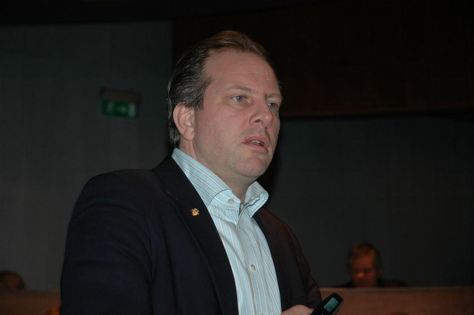 Seniorrådgiver Jarl Fjerdingby i Samferdselsdepartementet avviser at Tele2 sitter på informasjon om dividende-auksjonen som ikke er blitt de andre aktørene til del.