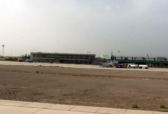 KASHGAR LUFTHAVN: På denne flyplassen lander det nye fly flere ganger om dagen. Passasjerene har godt utsyn til «de mystiske strukturene» bare noen kilometer unna. Neppe et sted du ville anlagt en hemmelig base.