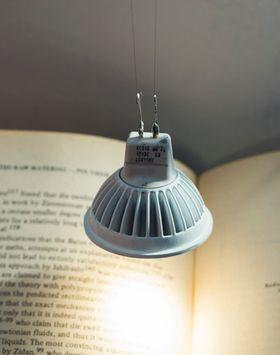 Denne lampen både holdes oppe og får strøm fra CNT-tråder.