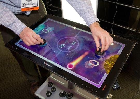 Det går an å leke med seg selv på Lenovos Horizon, men det morsomste er nok å spille med andre.
