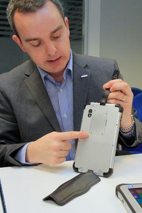 Europeisk produktsjef i Panasonic, John Tucker, viser hvordan remmen på baksiden av Toughpad JT-B1 kan tas av.