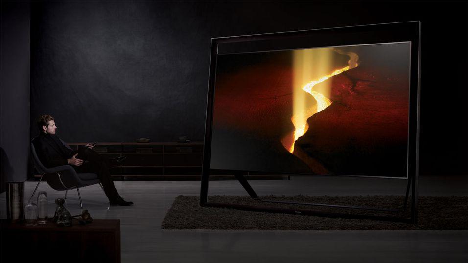 Samsungs 110 tommer store variant av en TV omringet av høyttalere i stålrør kjører 4K-oppløsningen.