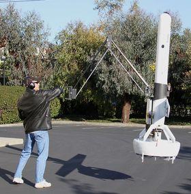 DARPA har mange jern i ilden. De har blant annet vært med på å utvikle denne flyvende dronen som har en lang klo.