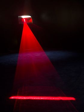 Laserlys lyser ned på veien.