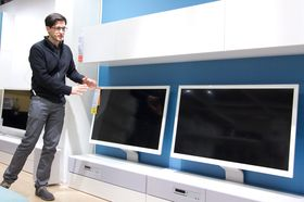 IKEA-designeren Francis Cayouette viser frem varene.