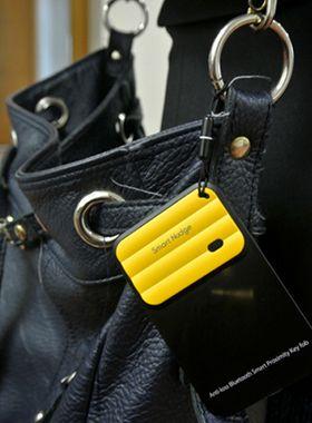 Fester du Smart Nudge Wave til vesken eller bagen din, vil den pipe hvis telefonen kommer for langt unna. Mobiltelefonen vil også varsle deg hvis du har den i lommen, og noen forsøker å stikke av med vesken.