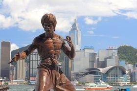 Hongkong gjør det bra på Internett. Her er en statue av Bruce Lee.