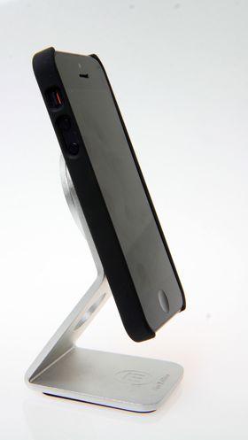 Denne magnetfoten er praktisk hvis du vil ha telefonen stående på skrivebordet, kjøkkenbenken eller nattbordet. .