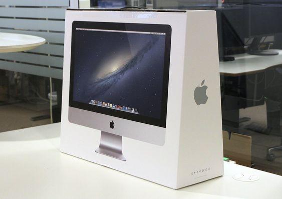 Apple iMac pakket ned. Bildet på esken er i naturtro størrelse.