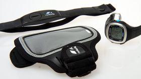 Runtastic-klokken leveres med pulsbelte og monteringssett for sykkelstyre. Treningsarmbåndet foran kjøpes separat.