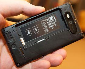 Du kan bytte både batteri og minnekort.
