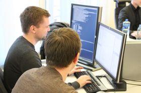 Samarbeidsevner er vesentlig. Håkon Lindqvist og Kristian Lund gjør parprogrammering.