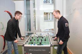 Christer Gjerstad og Frode Johansen henter inspirasjon på pauserommet.