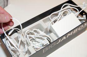 Alt av kabler du trenger følger med. Bunnen av esken skjuler en lader, Micro-USB-kabel og minijack-kabel.