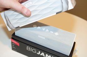 Det merkes at Jambox BIG er en designhøyttaler alt fra du åpner esken.