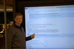 Bill Gates brukte sin 80 tommer store Windows 8-whiteboard til å svare på Reddit-spørsmålene.