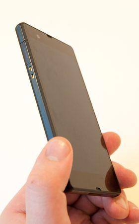 Øverst; luker for Micro-USB og SIM-kort. Rett under ligger kontaktpunktene for lading i den medfølgende krybben.