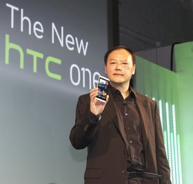 HTC-sjef Peter Chou viser frem One under lanseringen ved Kings Cross i London.