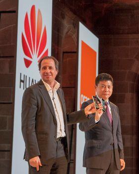 Sjefene for Huawei og operatøren Orange viser frem den nye telefonen.