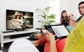 TV Sideview lar deg navigere gjennom TV-kanalene fra smarttelefon eller nettbrett.