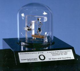 En fullskala replika av verdens første transistor.