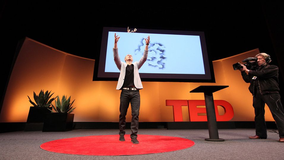 På tirsdagens TED-konferanse viste Skylar Tibbits fra MIT fram en «4D-printer».