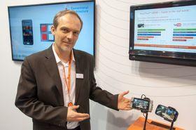 Gaell Salles i ST Ericsson demonstrerer hastigheten på den nyeste toppmodellen i NovaThor-serien.