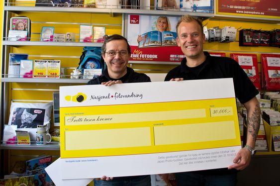 Fjorårets vinner var Pierre Chaton (til venstre) som her får overlevert sjekken på 30.000 av butikksjef hos Japan Photo Drammen, Thomas Braadland.