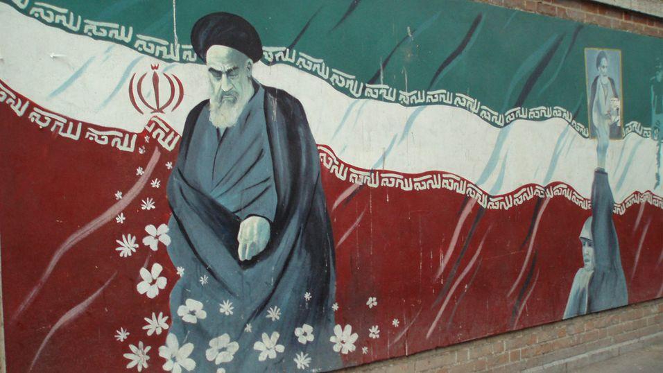 Prestestyret i Iran tar ikke lett på moderne teknologi. Her er et maleri av ayatolla Khomeini, Irans tidligere leder.