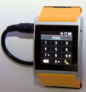 Du kan starte en telefonsamtale direkte fra skjermen på klokken.