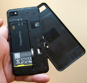 Under dekselet finner du plass for SIM-kort, minnekort og et batteri på 1800 mAh.
