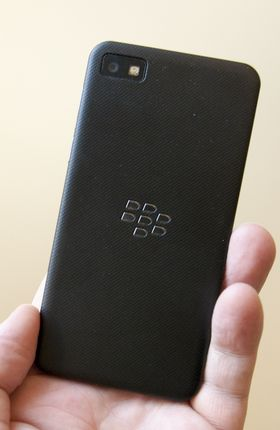 Slik ser baksiden av Z10 ut. Den er gummiert, slik at den ligger ekstra godt i hånden.