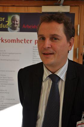 Gisle Hellsten driller studenter i jobbsøking.