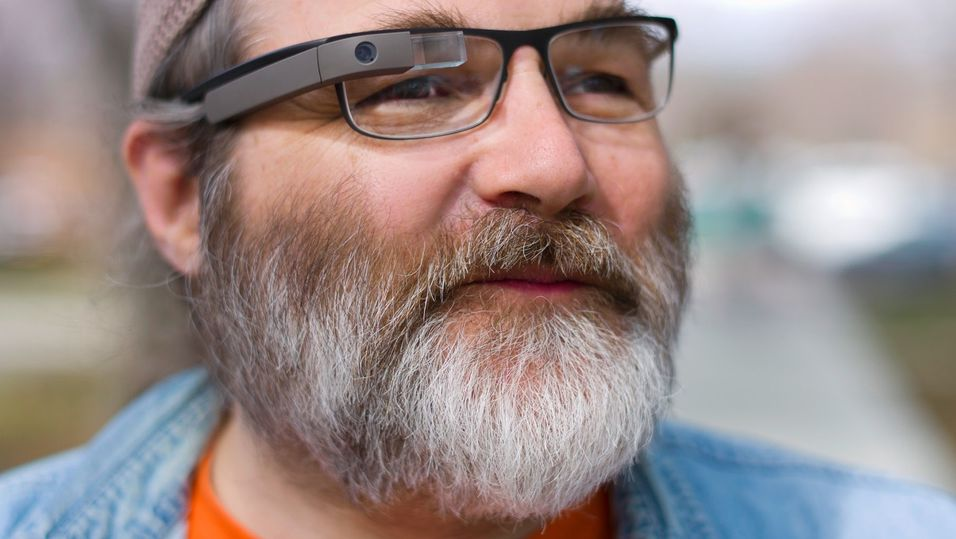 Greg Priest Dorman i Google Glass-teamet viser frem Googles smartbrille.