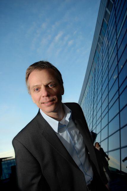 Norgessjef Ragnar Kårhus i Telenor kjenner konkurransen i mobilmarkedet tære på tallene. Nå varsler konsernsjef Baksaas innstramminger.