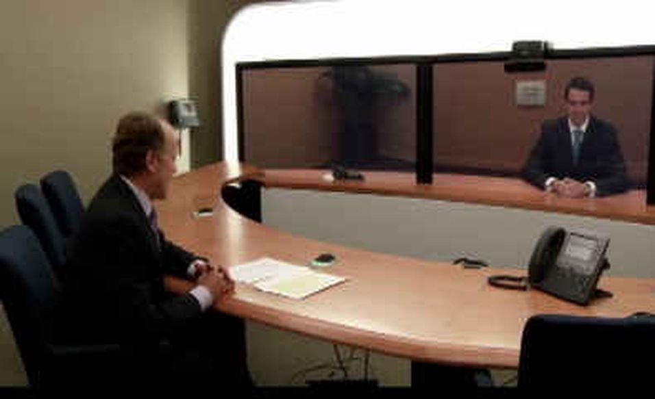 Cisco-sjef John Chambers og Tandberg-sjef Fredrik Halvorsen diskuterer kjøpet via videomøte.