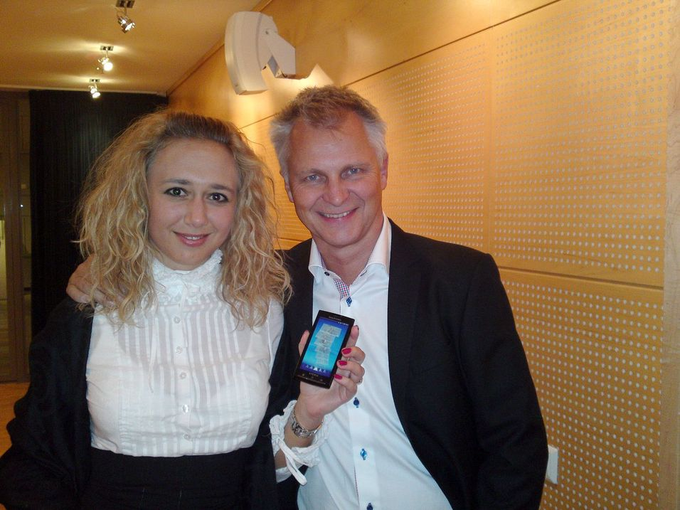 Sony Ericssons Fredrika Sarbäck og Erik Sandsmark med den nye Android-baserte toppmodellen Xperia X10.