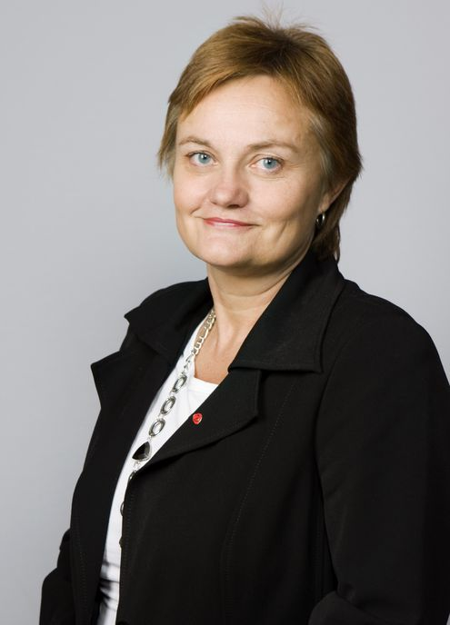 Statsråd Rigmor Aasrud jubler over å være halvparten så god som sin svenske kollega Anna Karin Hatt.