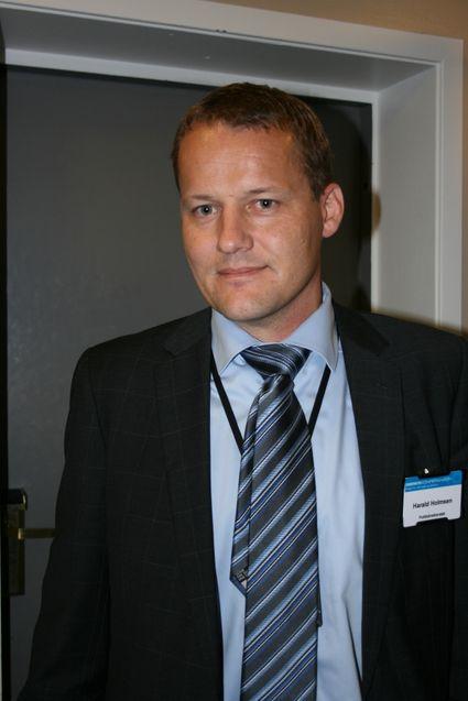 Politiinspektør Harald Holmsen oppfordrer bedrifter til å ta seg bryderiet med å anmelde lovbrudd.