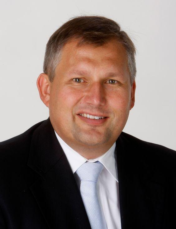 Statsråd Terje Riis-Johansen vil ha fortgang i utrullingen av automatiske strømmålersystemer.