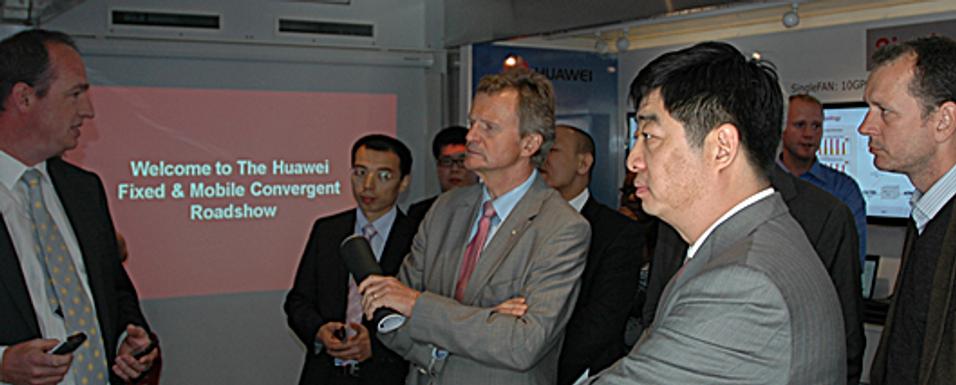 Ken Hu, en av lederne i Huaweis roterende lederkollegium, møter Jon Fredrik Baksaas på Fornebu.