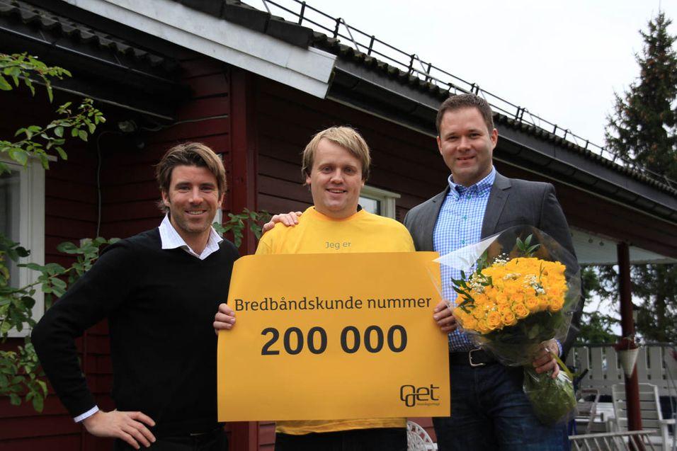 Terje Jenssen fra Skedsmokorset ble kunde nummer 200.000. Her sammen med Produktdirektør i Get, Morten Lynum (til høyre) og produktsjef for bredbånd i Get, Nicolai Bauer (til venstre).