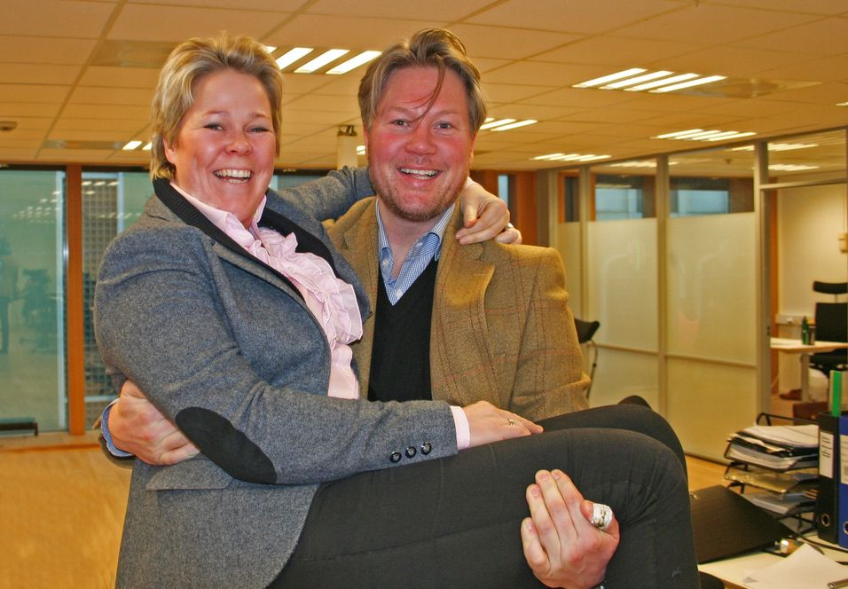 Beate Størkson blir ny norgessjef i Link mobile solutions. Her holdes hun av konsernsjef Glenn Stenholm.
