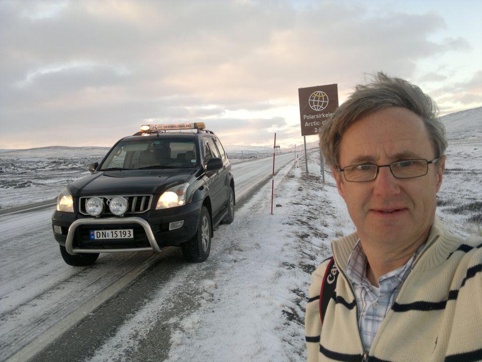 Telenors dekningsdirektør Bjørn Amundsen passerer her Polarsirkelen i Nordland, et av fylkene Analysys Mason mener det er billig å bygge mobilnett.