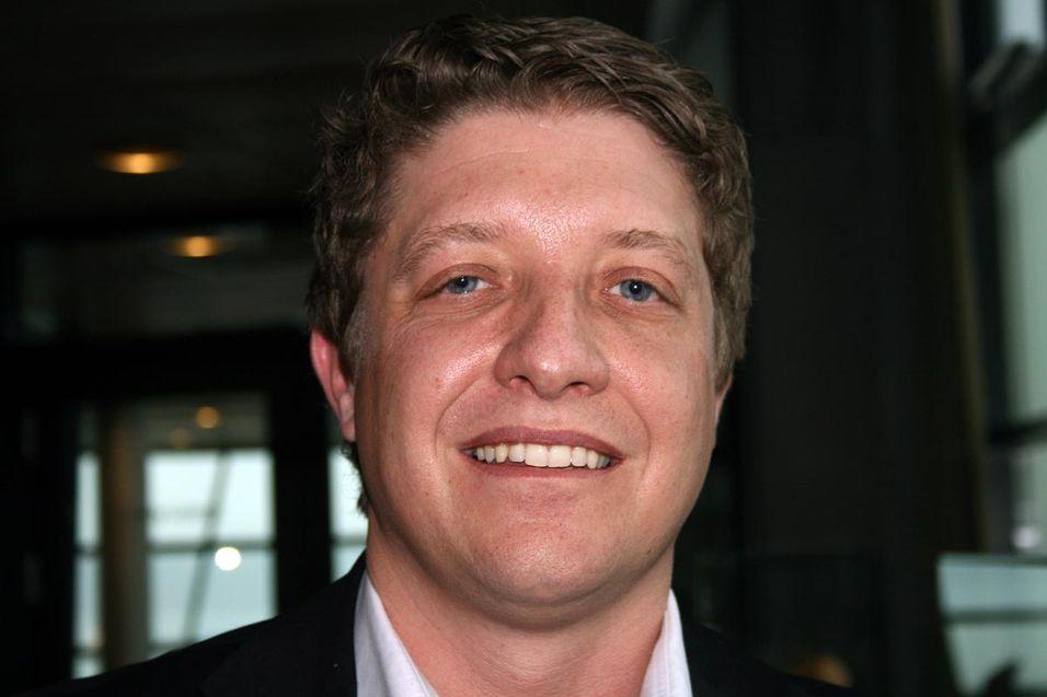 Teknologidirektør Frode Støldal i Telenor Norge konstaterer at smarttelefonveksten er enorm, og at den skaper nye utfordringer. - I juni 2011 utgjorde de 15 prosent av telefonen i nettet vårt. Nå er vi oppe i 50 prosent, og innen utgangen av året venter vi å se at 70 prosent av mobilene i nettet er smarttelefoner, sier han.