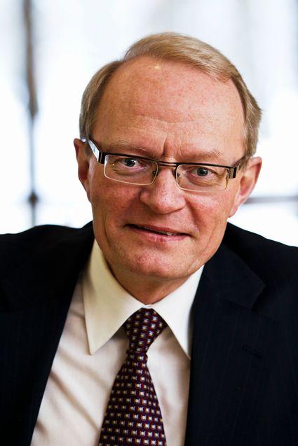 Forbrukerombud Gunnar Larsson i Sverige mener det er på tide å senke bindingstiden på mobilabonnementer over hele Norden.