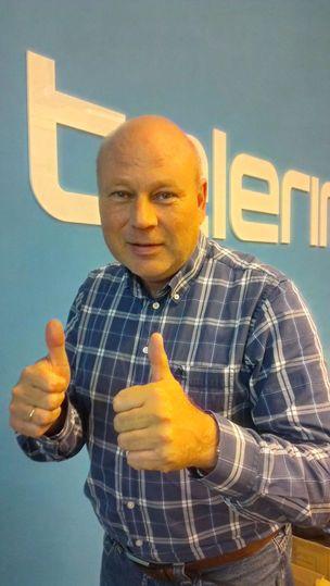 Salgsdirektør Trond Kristoffersen i Telering gir to tomler opp for avtalen med Norges idrettsforbund.