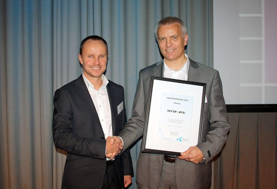 Telenors partnerspris gikk i år til Refsport og gründer Martin Eikeland. Salgssjef Richard Skjærstad i Telenor Business delte ut prisen.