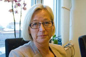 Avtroppende samferdselsminister Marit Arnstad (Sp) mener det er umulig å tre bestemmelser over hodet på de kommunale vei-eierne.