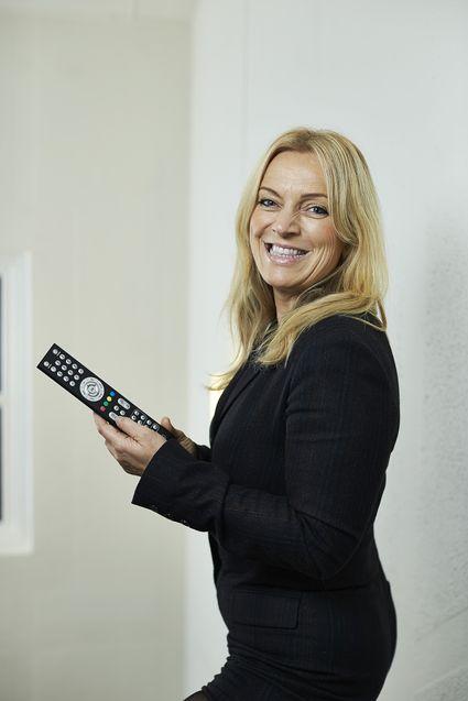 Lyse mottok prisen for beste kundeservice for bredbånd, her ved telesjef Toril Nag.
